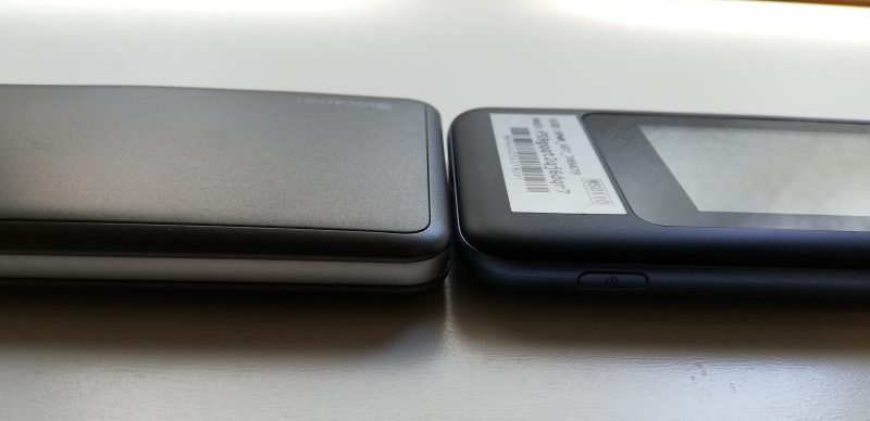 左:どんなときもWiFi 右:wimax W06 厚みの違い